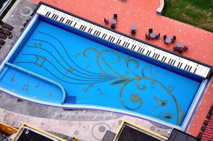 бассейн как пианино с нотами на дне фото