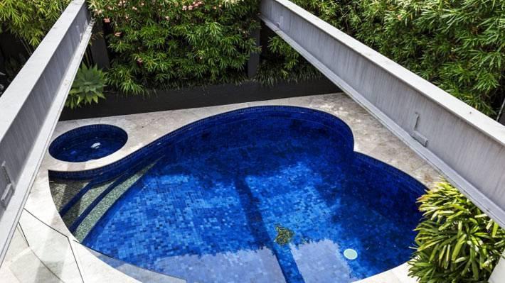 синий бассейн в форме сердца фото