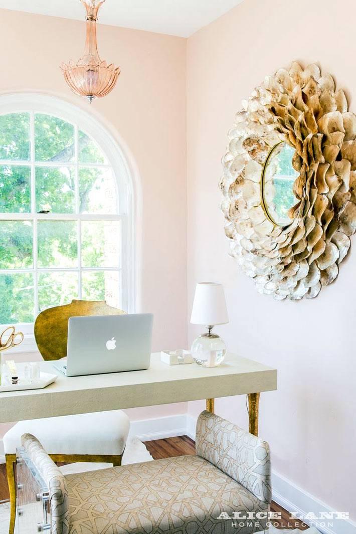 белый рабочий стол, розовые стены кабинета и красивое зеркало