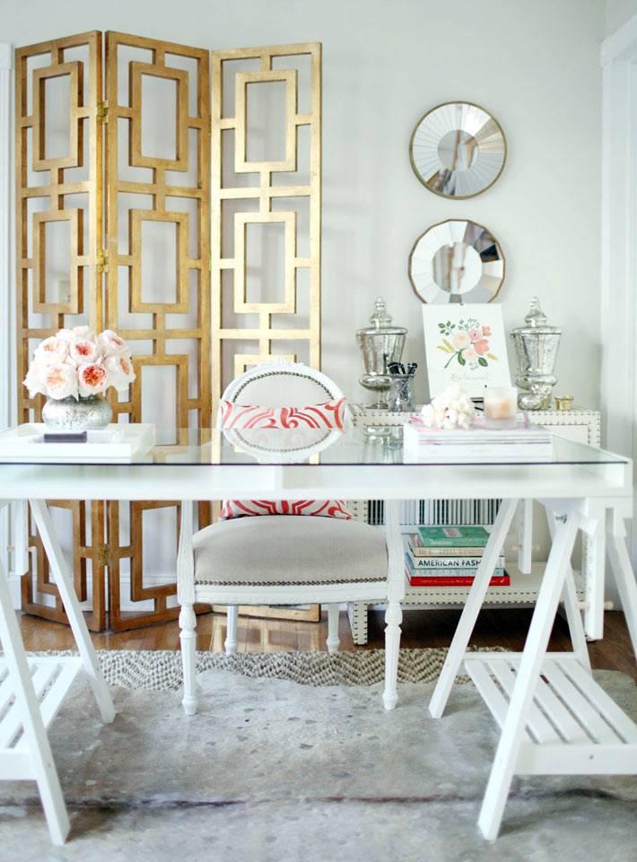 золотая ширма позади белого стола в рабочем кабинете