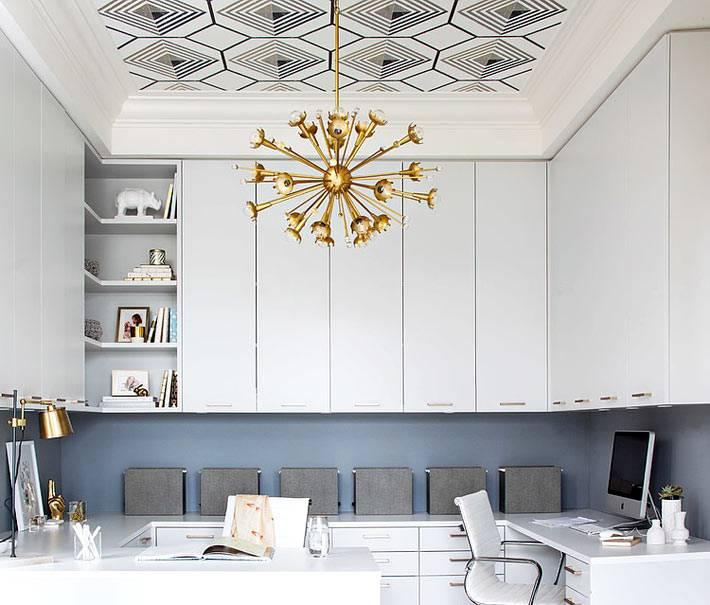золотистая люстра в центре большого домашнего кабинета