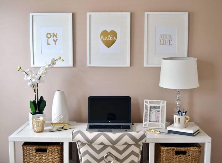 плетеные корзины и белые постеры как декор в домашнем кабинете
