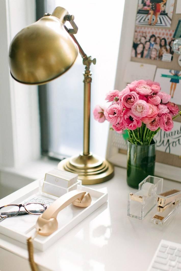 золотая лампа и канцтовары на рабочем столе домашнего офиса