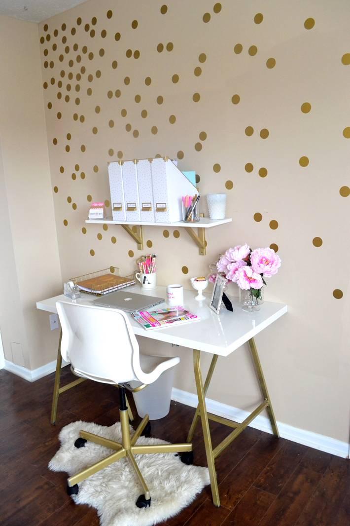 декор стене домашнего офиса золотистыми кружочками фото