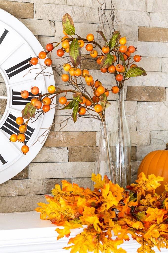 гроздья рябины и желтые листья как украшение для дома