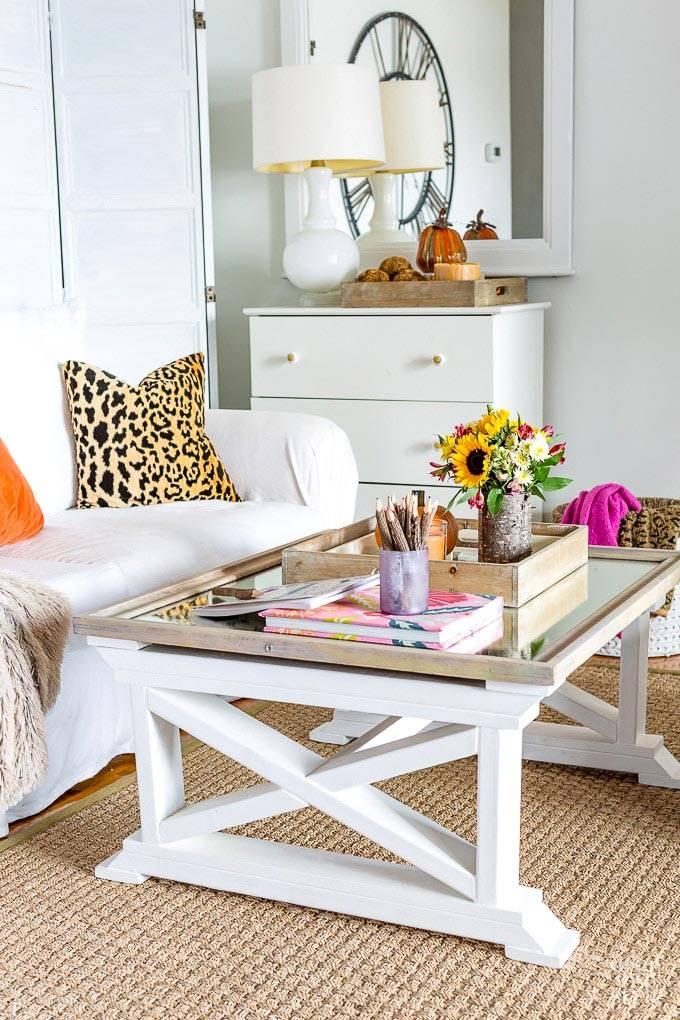 белый журнальный стол и белый комод фото для гостиной
