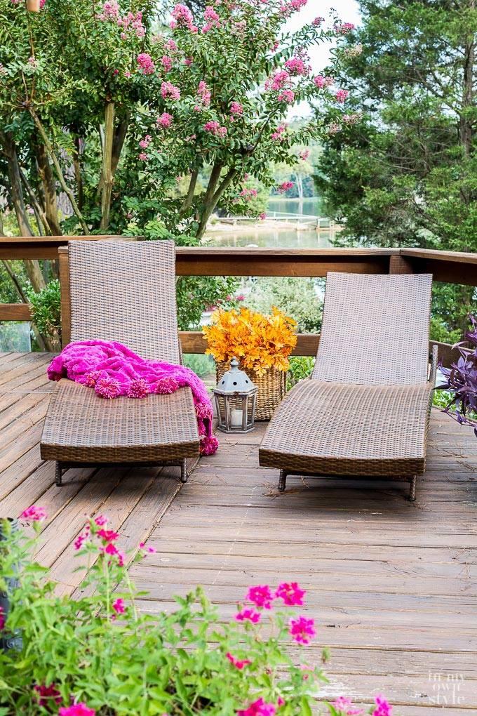 плетеные шезлонги и плетеная корзина на террасе у дома