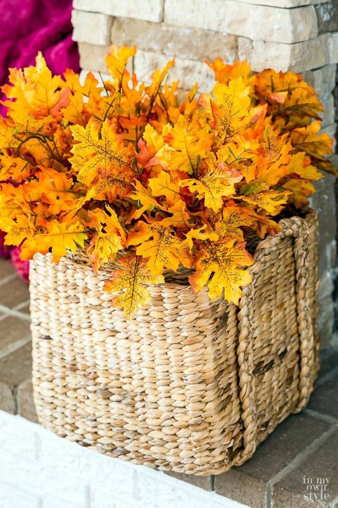 Букет из осенних листьев в плетеной корзине фото