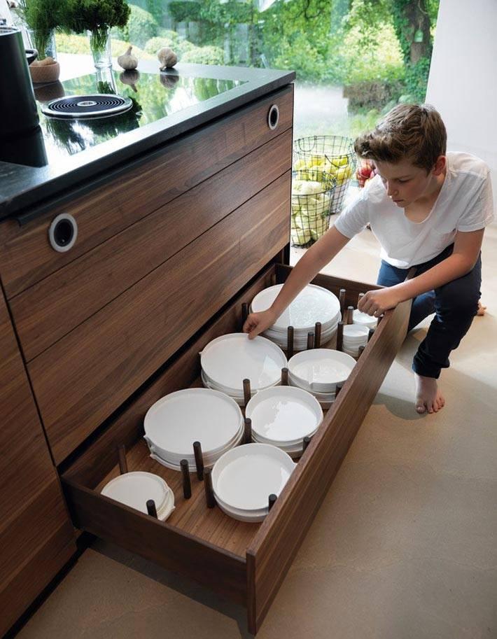 кухонный ящик с разделителями для тарелок