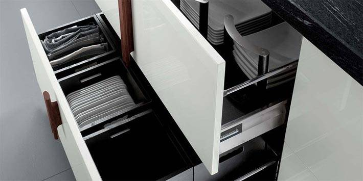 квадратные тарелки хранятся в ящиках кухонного гарнитура