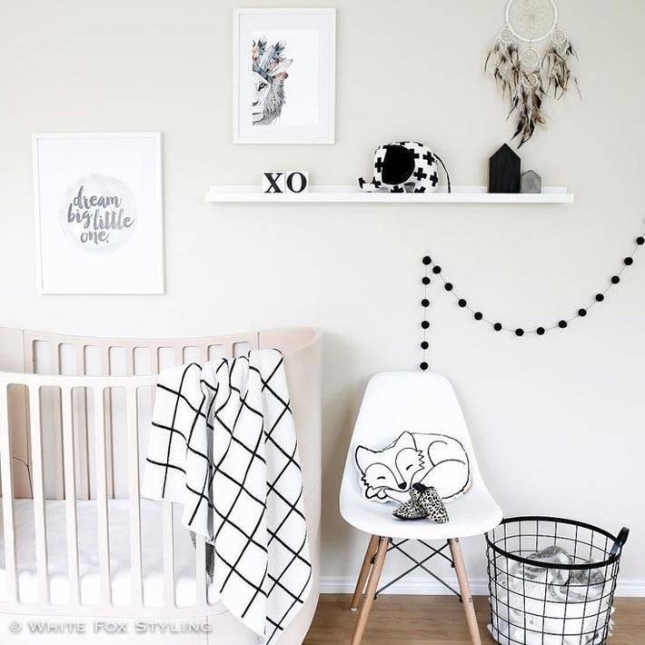 милая детская комната в светлом цвете с черным декором