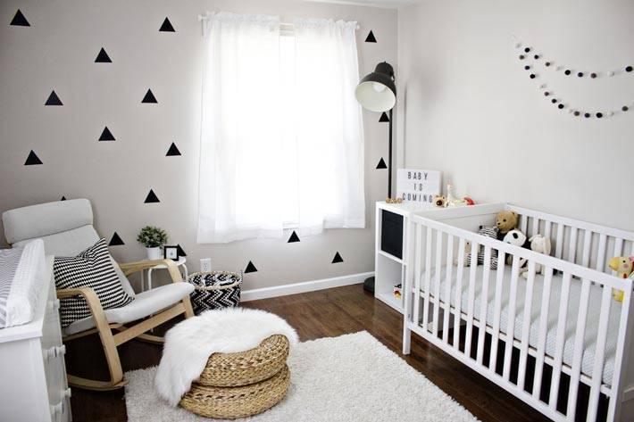 детская комната с мелой мебелью и черным торшером