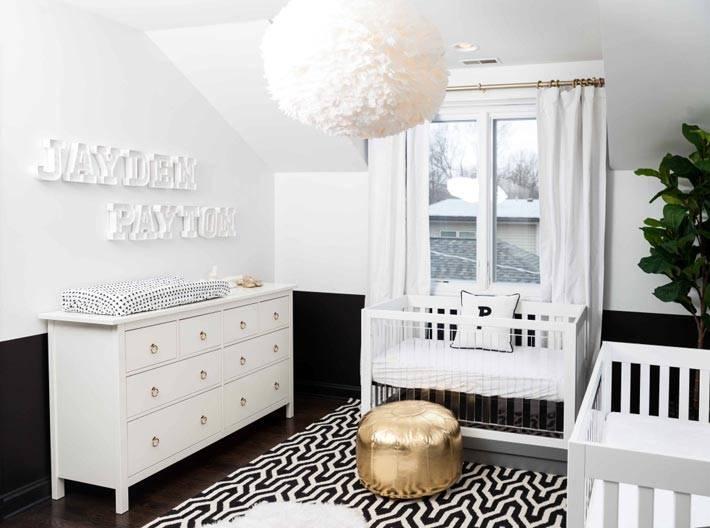 красивая детская комната в белом цвете с черными паннелями