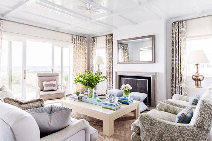белые деревянные панели на потолке в гостиной фото