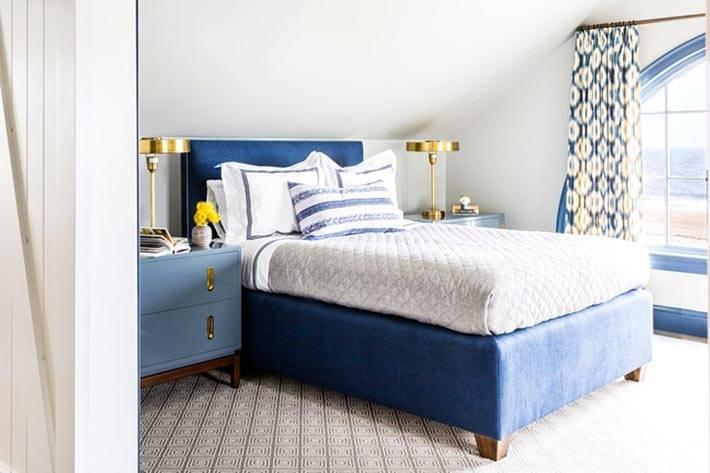синяя кровать в интерьере спальни на мансарде фото