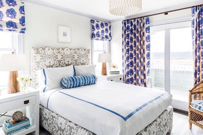 пестрые шторы в дизайне спальни со светлыми стенами фото