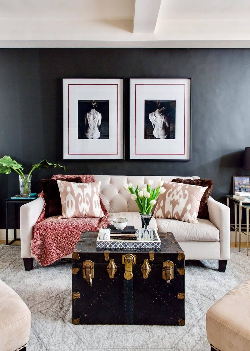 интерьер гостиной с черными стенами и старым сундуком фото