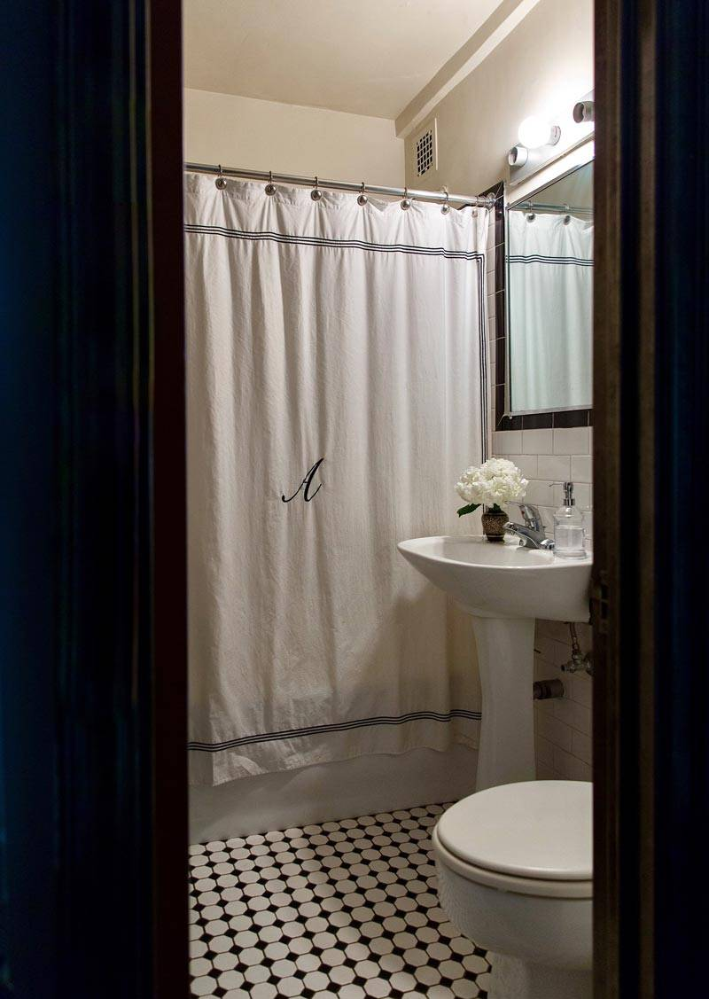 маленькая ванная комната в светлых тонах фото