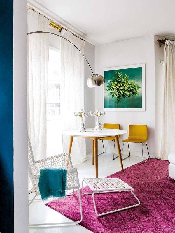 Интерьер квартиры с белыми стенами и малиновым ковром