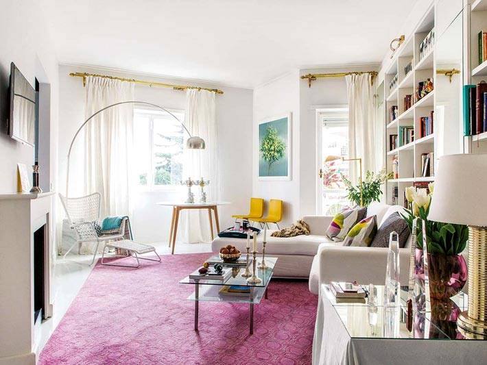 Легкие белые шторы на золотистых карнизах в интерьере гостиной