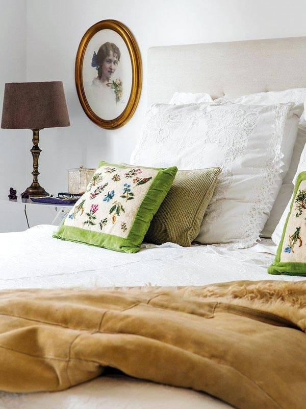 старая фотография в овальной рамке в дизайне спальни