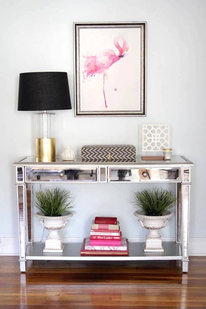 зеркальная консоль с настольной лампой и цветами