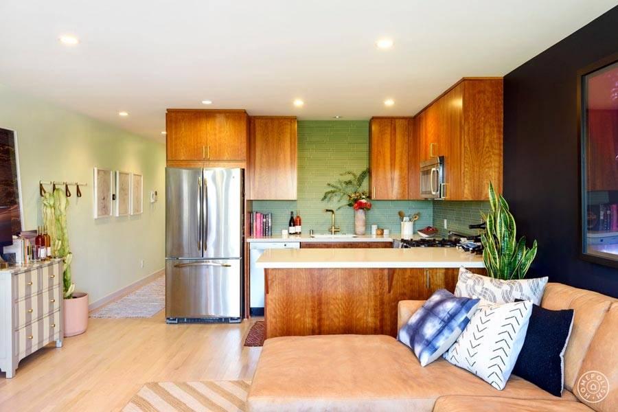 маленькая кухня и гостиная в одном помещении