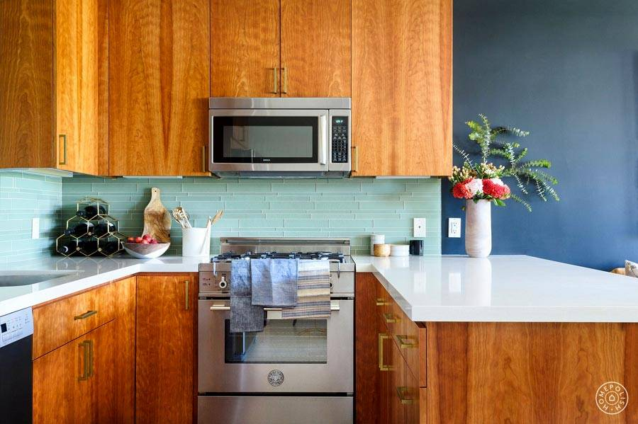 кухонная мебель из рыжего дерева с голубым фартуком