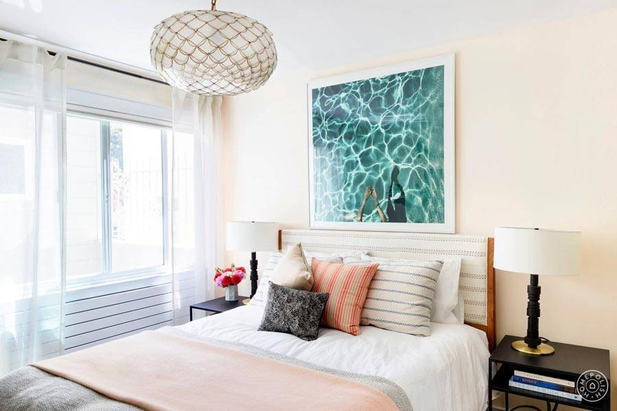 дизайн маленькой спальни в бежевом цвете с картиной фото