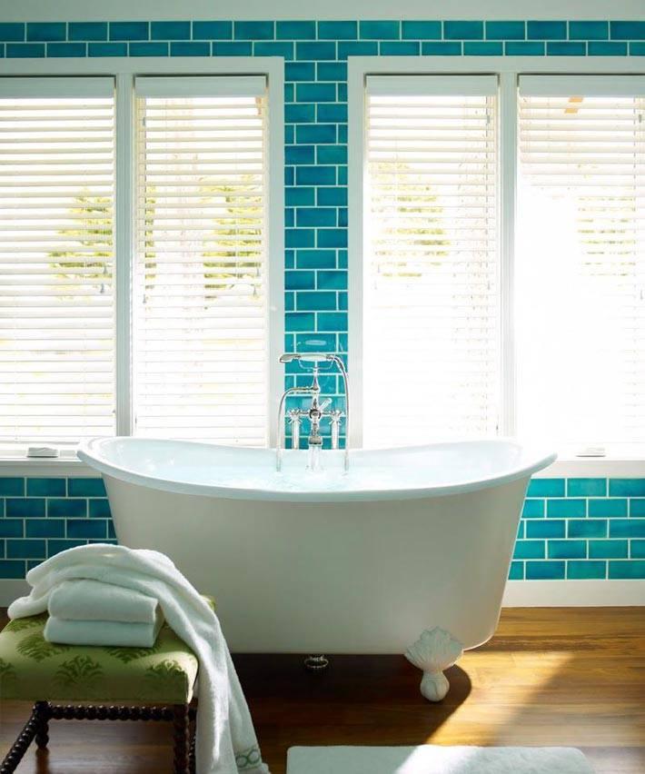 белая ванна на фоне бирюзовых стены фото