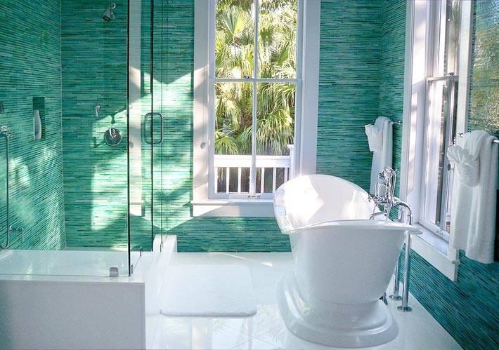 Все стены ванной комнаты бирюзового цвета фото
