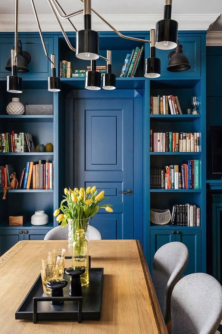 дверь и стеллаж темно-синего цвета фото