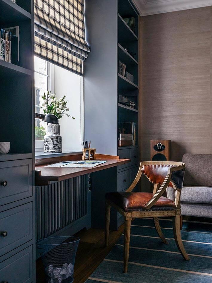 дизайн рабочего кабинета с деревянной стеной и столом из подоконника