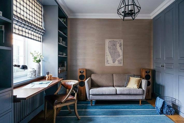 удобный диван и акустическая система в рабочем кабинете