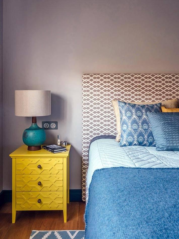 Яркая желтая прикроватная тумба в дизайне спальни фото