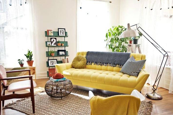 белый интерьер комнаты и яркая желтая софа