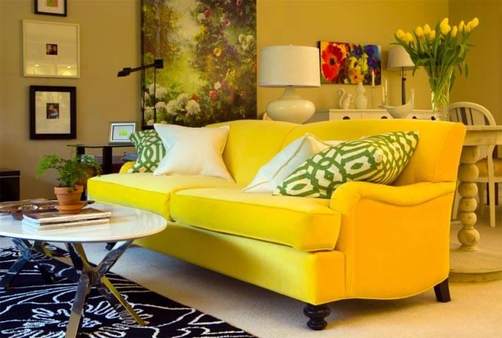 классический диван желтого цвета в интерьере фото