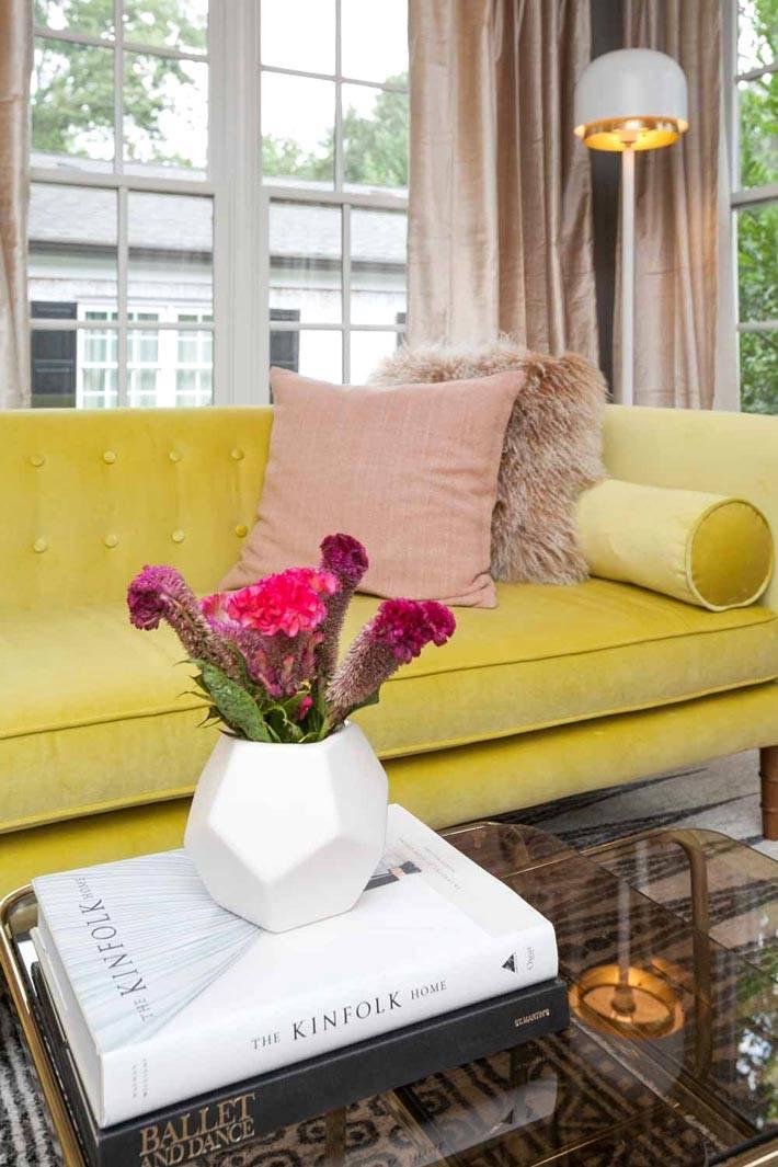 красивый желтый диван в интерьере гостиной комнаты фото