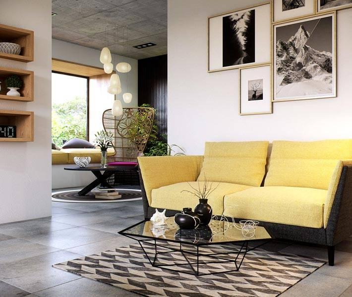 бледно-желтый диван в интерьере квартиры