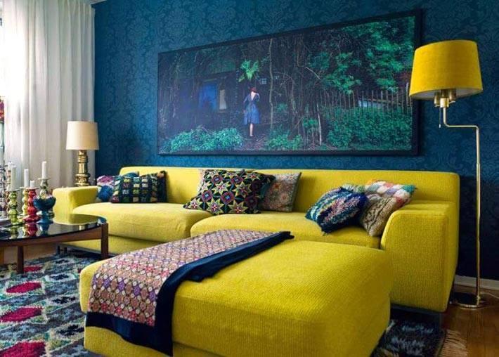 лимонно-желтый угловой диван в интерьере с синими стенами фото