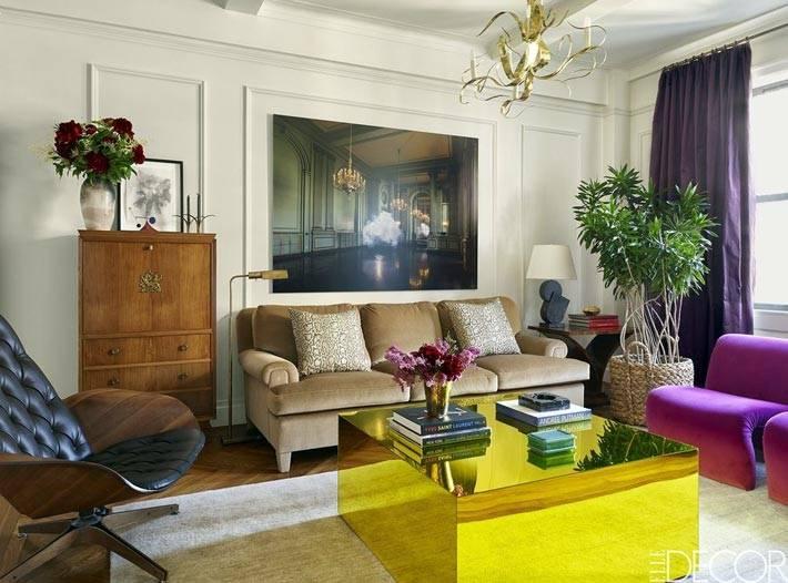 желтый зеркальный журнальный стол в центре гостиной