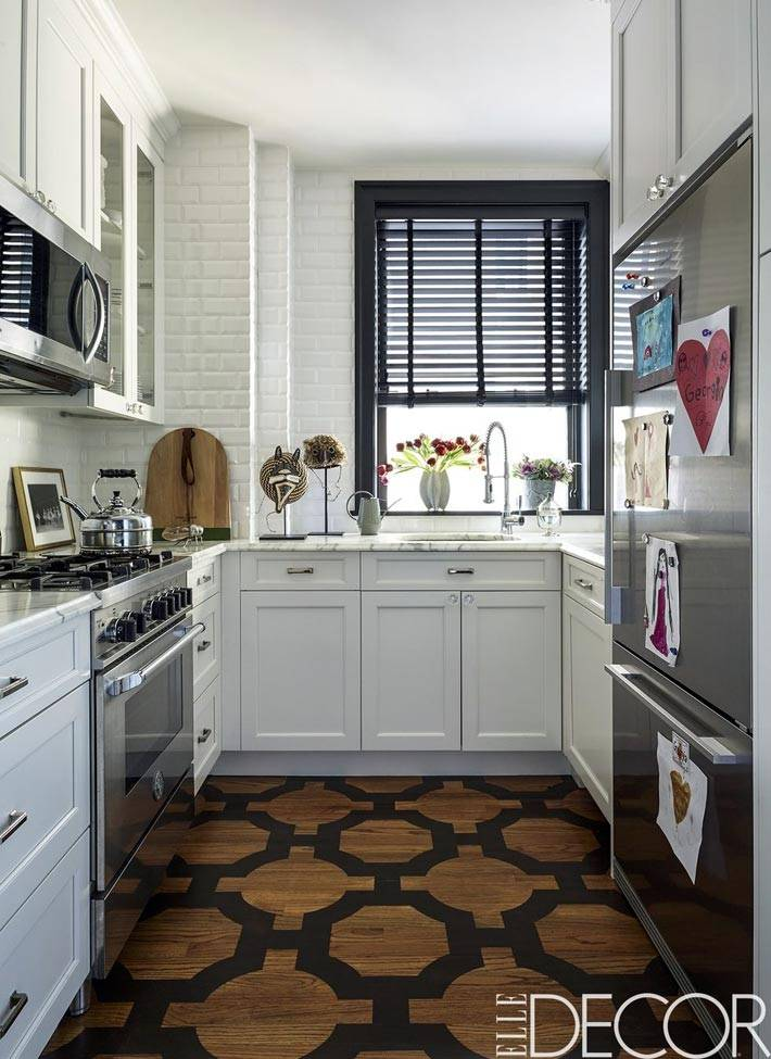 белая кирпичная кладка на стене кухни фото