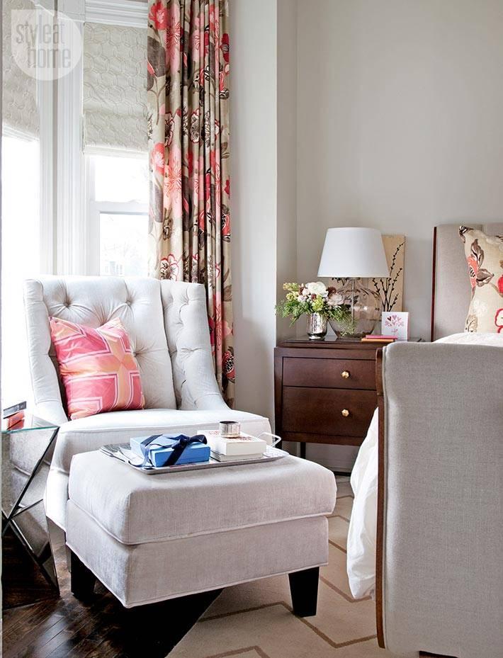 серая мягкая мебель в спальне для женщины фото