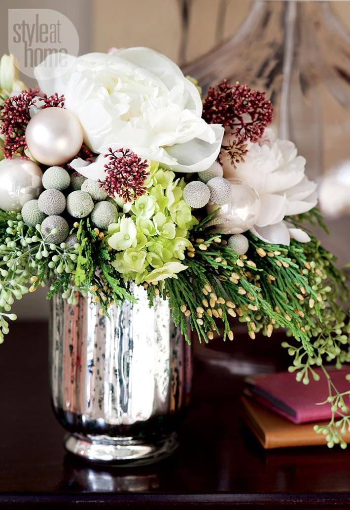 цветы в зеркальной вазе в интерьере женской спальни