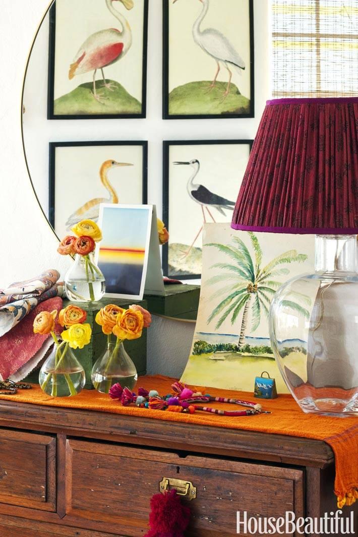 живые цветы и картины с изображением птиц в дизайне квартиры
