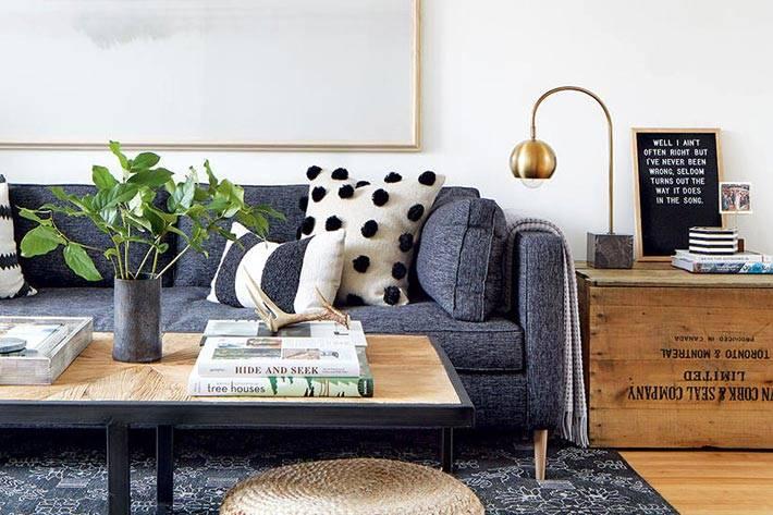 серый диван и серый ковер в интерьере гостиной фото