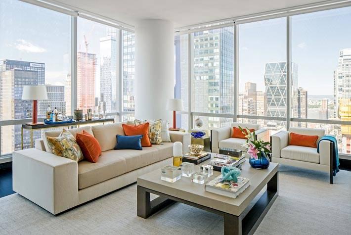 панорамные окна с красивым видом из квартиры в небоскребе