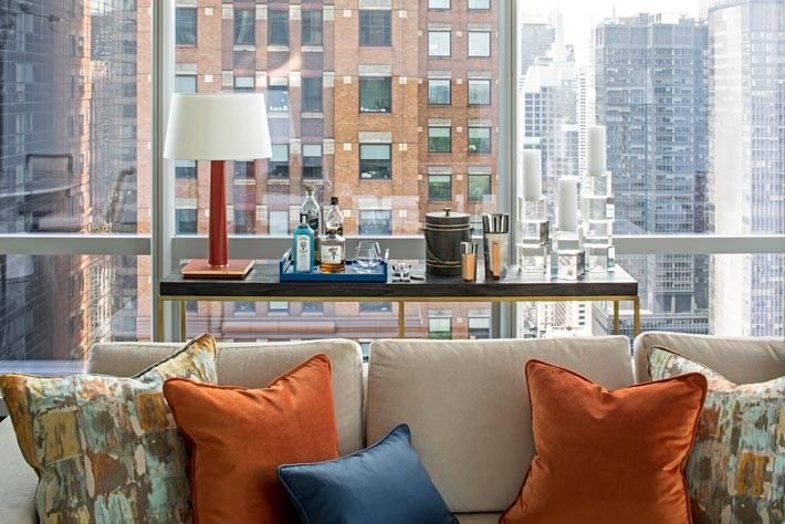 стол с мини баром расположен у окна
