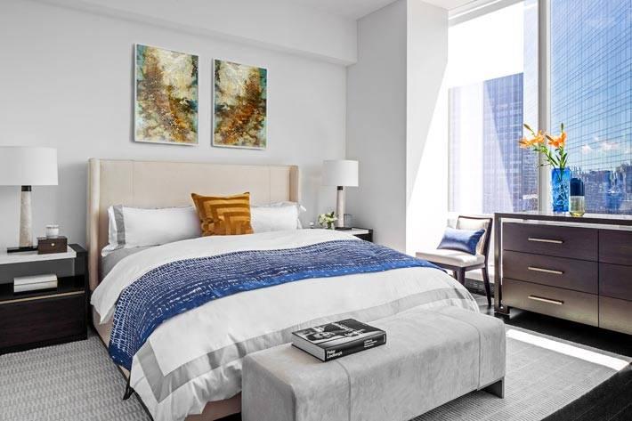 панорамное окно впускает много света в интерьер спальни