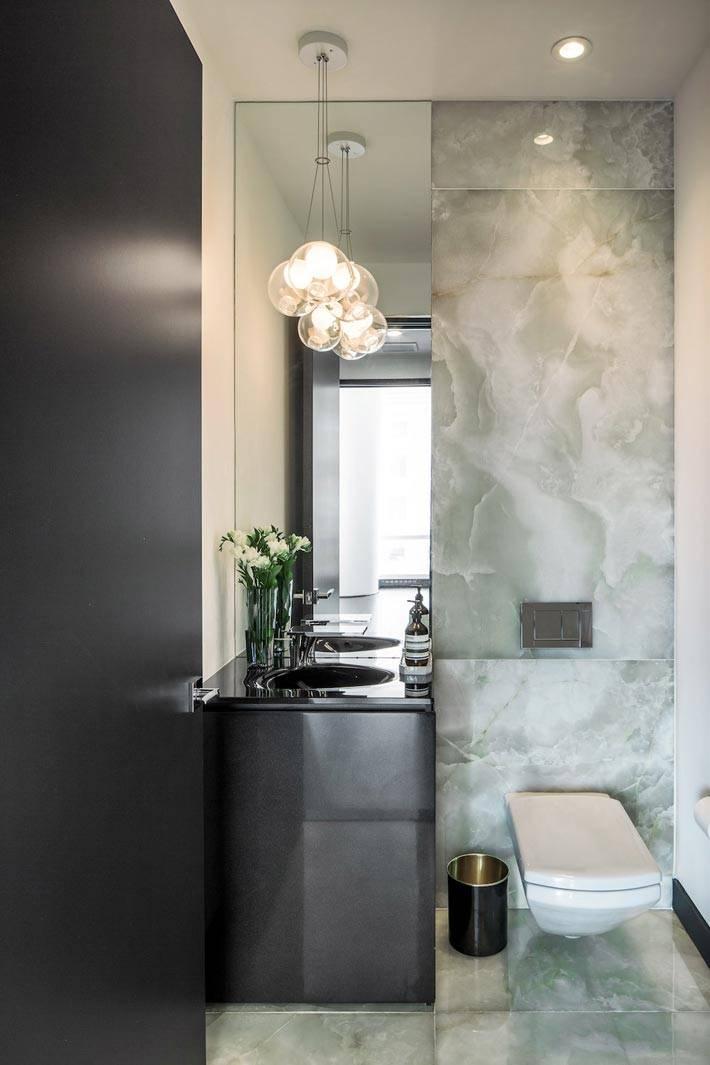 Дизайн туалета с черным цветом и мраморной стеной фото